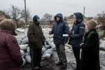Residentes desplazados hablan con personal de ACNUR en la aldea de Luhanske, al este de Ucrania (©ACNUR/UNHCR Evgeny Maloletka).