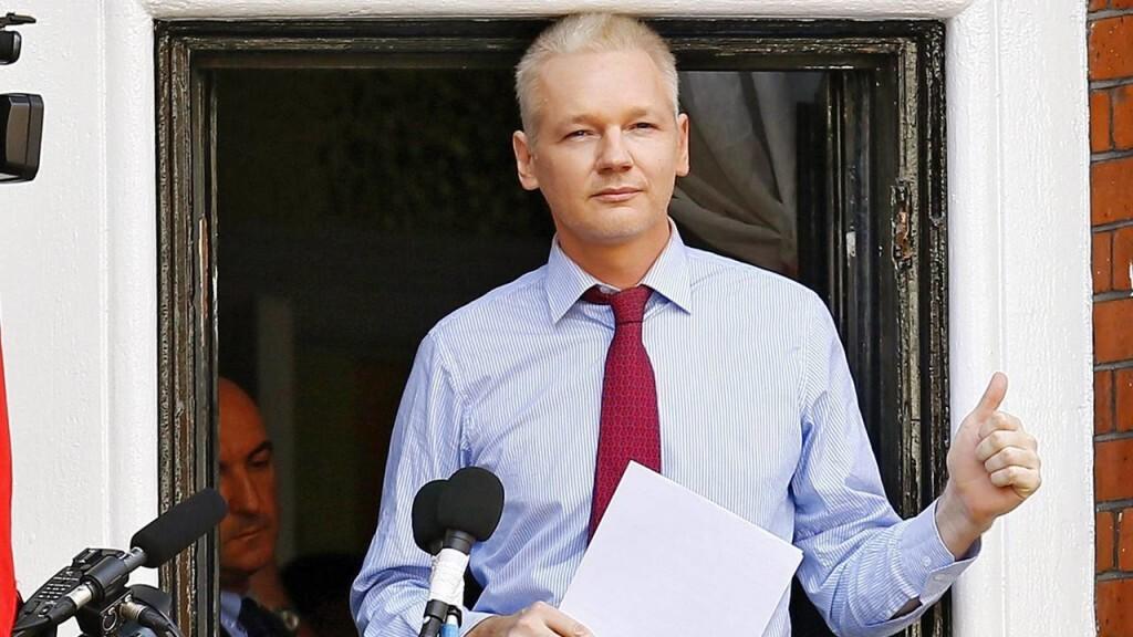FMA1003 LONDRES (REINO UNIDO) 04/02/2016.- Fotografía de archivo fechada el 19 de agosto de 2012 que muestra al fundador de Wikileaks, el australiano Julian Assange, durante una declaración pública desde el balcón de la Embajada de Ecuador en Londres, Reino Unido. Assange, asilado en la Embajada de Ecuador en Londres desde 2012, aseguró hoy, 4 de febrero de 2016, que podría entregarse mañana a la policía británica en el caso de una decisión desfavorable del Grupo de Trabajo sobre Detención Arbitraria de la ONU que estudia su caso. Assange, investigado por supuestos delitos sexuales en Suecia, cumplió el pasado 19 de junio tres años refugiado en la Embajada ecuatoriana en Londres al término de un largo proceso legal en el Reino Unido, que falló a favor de su entrega a Suecia. EFE/Kerim Okten