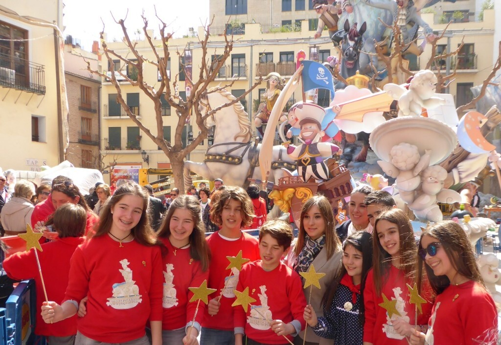 Jóvenes colaboradores de la Fundación Pequeño Deseo en la Falla Plaza del Pilar