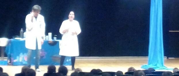 450 alumnos han participado de la representación teatral La Gota Viajera que se ha llevado a cabo esta mañana en el Auditorio.