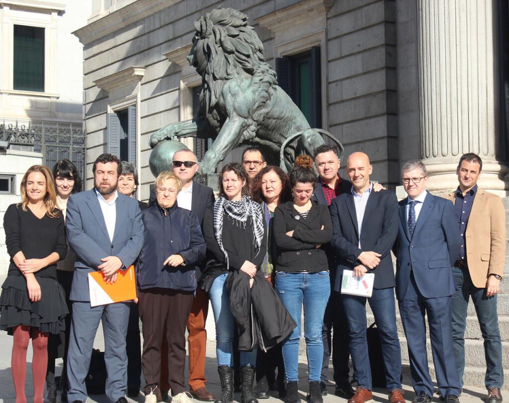 AUGC y representantes políticos muestran frente al Congreso su apoyo a la agente expedientada por no usar un chaleco antibalas masculino