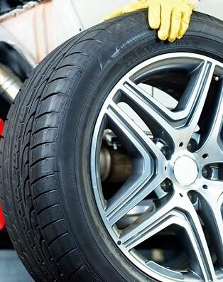 Circular con las gomas desgastadas nos puede costar una multa de 200 euros, además de poner en riesgo la seguridad.