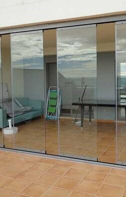 Cortinas de cristal de acceso a la terraza.