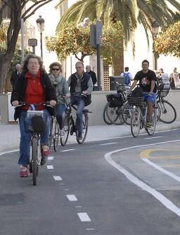 Diez días después de su puesta en servicio, Grezzi presenta la campaña gráfica sobre sus ventajas. (Anillo ciclista. Carril bici).