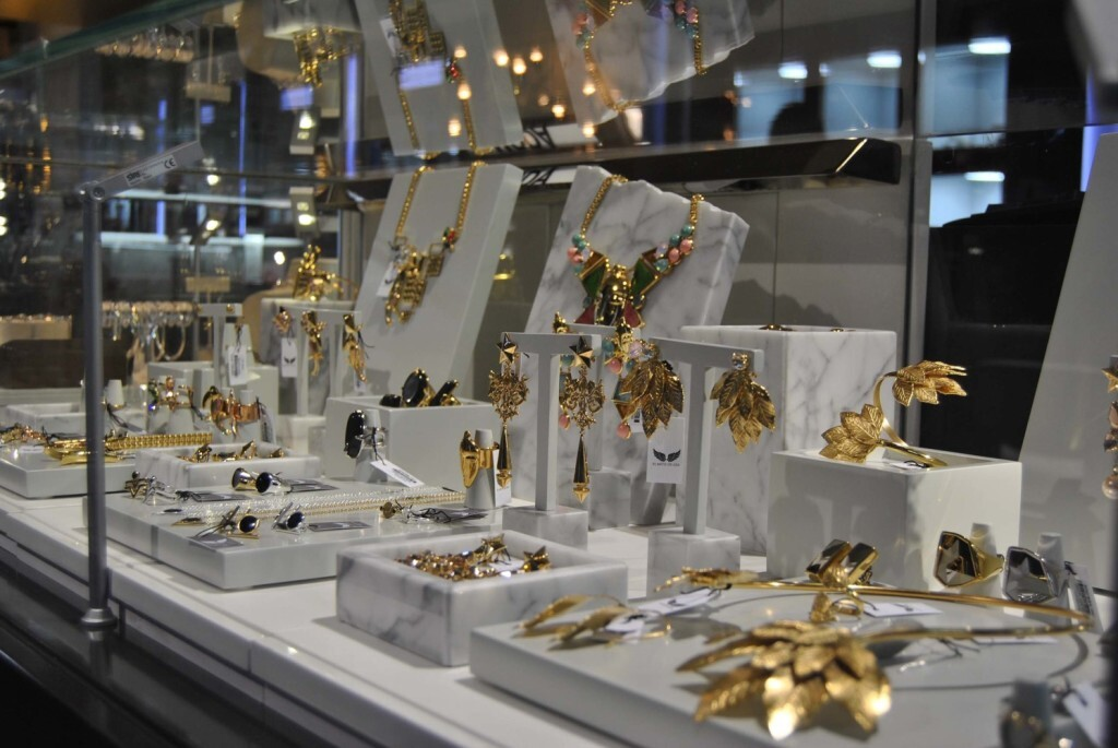 El Mito de Gea comienza a vender sus joyas personalizadas en los corte inglés de Madrid, Valencia y Alicante Expositor (1)