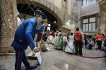 El Palau recibe la visita de cientos de personas que se suman a la celebración de las Fallas 2017.