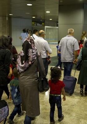 El grupo está integrado por 5 hombres, 6 mujeres y 13 menores de edad, que serán acogidos en Castellón y Sevilla.