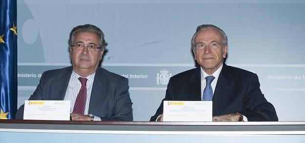"""El ministro del Interior, Juan Ignacio Zoido, y el presidente de la Fundación Bancaria """"la Caixa"""", Isidro Fainé."""