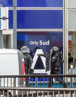 Fuerzas policiales en el aeropuerto.
