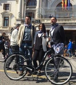 Jordi Peris entrega la bicicleta a la ganadora.