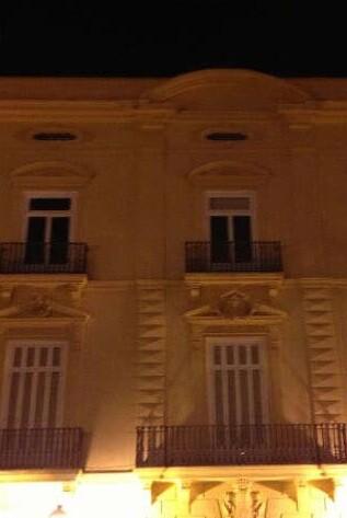 La Diputación solo iluminada por el alumbrado público.