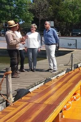 La diputada de Turismo se interesa por los nuevos productos náuticos de El Perellonet lanzados con ayuda del Patronat de Turisme de València.