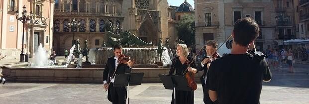 La formación sinfónica es la imagen de este aniversario en toda la ciudad.