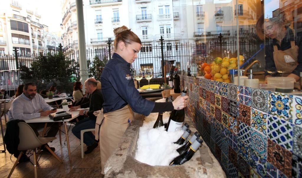 """La terraza MICub en el Mercado de Colón de Valencia se llenó para celebrar la """"Fiesta Mestizaje"""" y presentar la nueva añada del vino """"Mestizaje Blanco 2016"""" de Mustiguillo."""