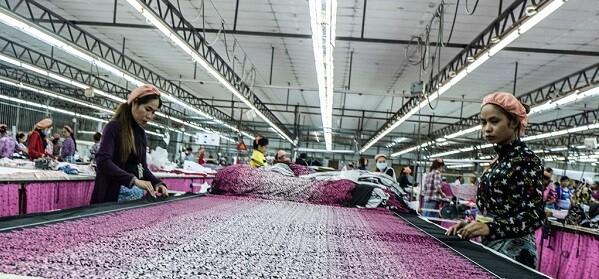 Mujeres camboyanas trabajando en una fábrica. (Foto ONU-Charlex Fox).