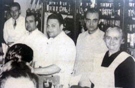Pilar Contell con su hijo y empleados. (Foto archivo empresa. Años sesenta).