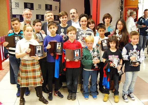 Todos los premiados posando junto a Vicente Gil, David Mazcuñan y Francisco Cuevas.