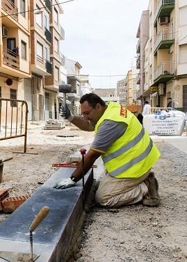 Un operario trabajando en obras del Plan de Inversiones Financieramente Sostenibles. (Foto-Abulaila).