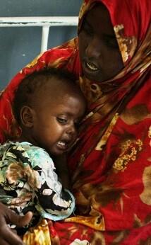 Una mujer somalí con su hijo, quien padece desnutrición y deshidratación, en un hospital de Mogadishu. (Foto -ONU-Sturart Price).