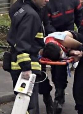 Uno de los heridos es trasladado a un hospital.