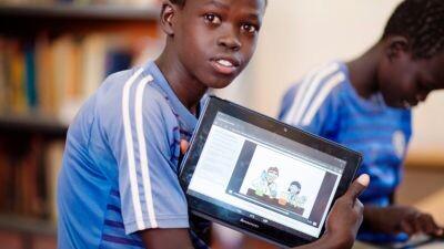 Un maestro emplea una tableta del INS para enseñar a sus alumnos. (© ACNUR /UNHCR/Catherine Wachiaya)