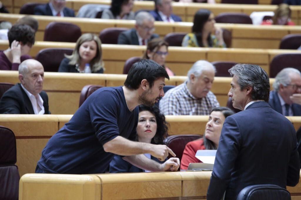 Momento en que Ramón Espinar da la carta de los trabajadores al ministro de Fomento  fotografía Irene Lingua