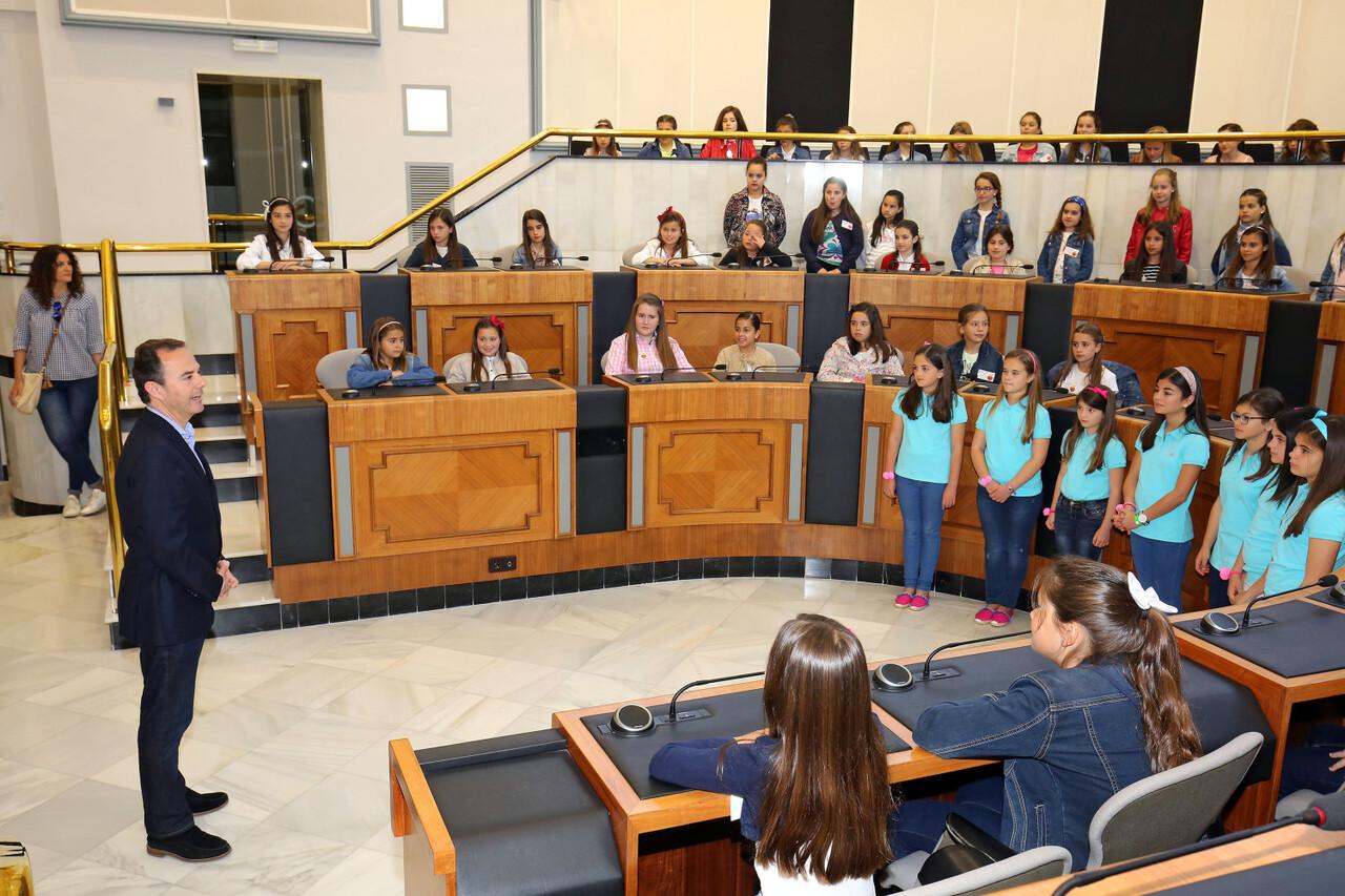 041717 Carlos Castillo recibe a las niñas de las Hogueras prensa 1