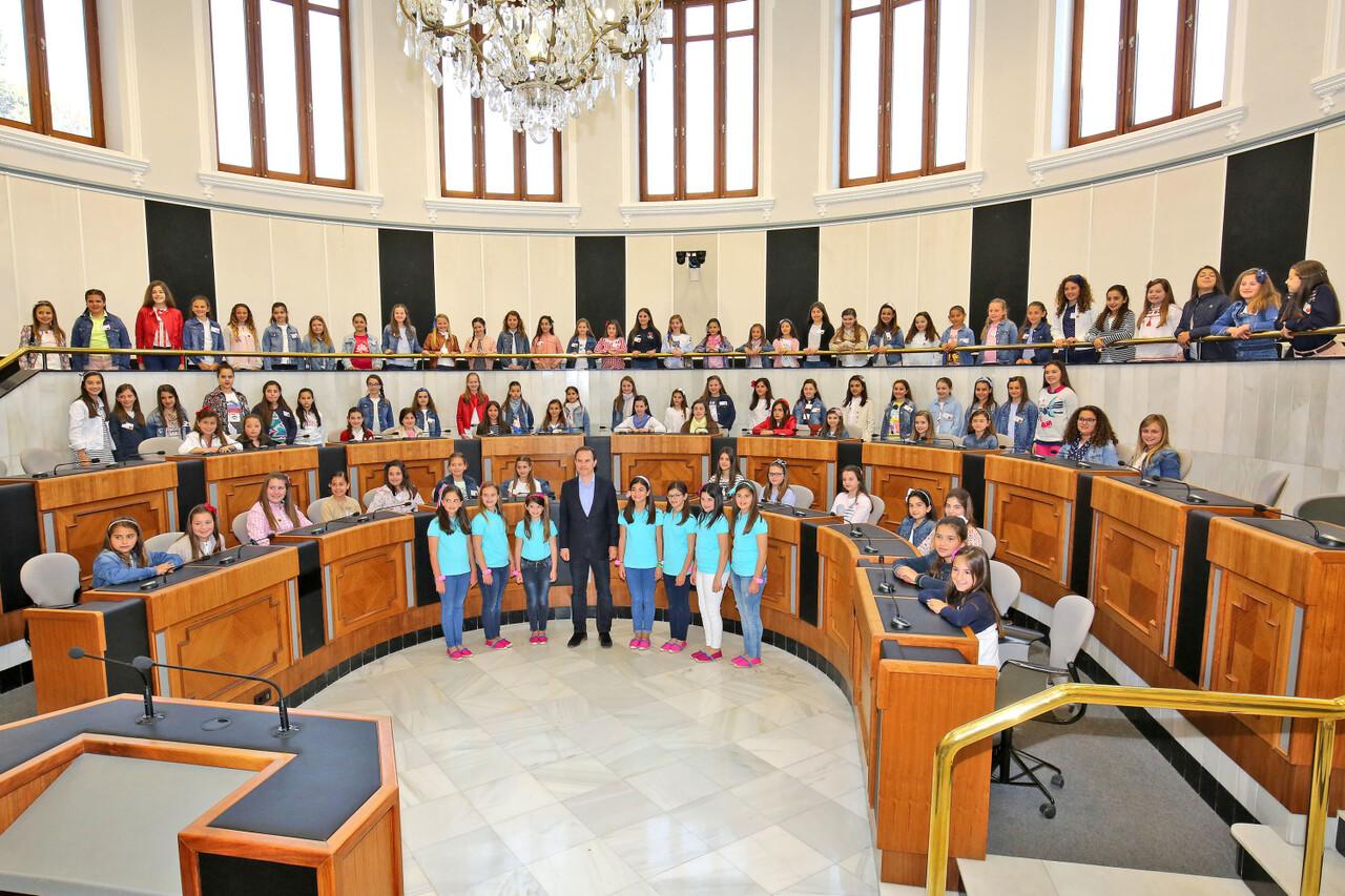 041717 Carlos Castillo recibe a las niñas de las Hogueras prensa 2