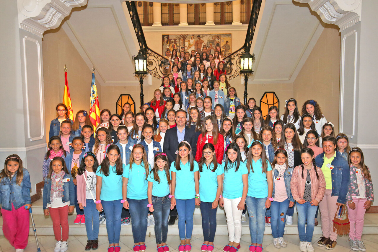 041717 Carlos Castillo recibe a las niñas de las Hogueras prensa 3