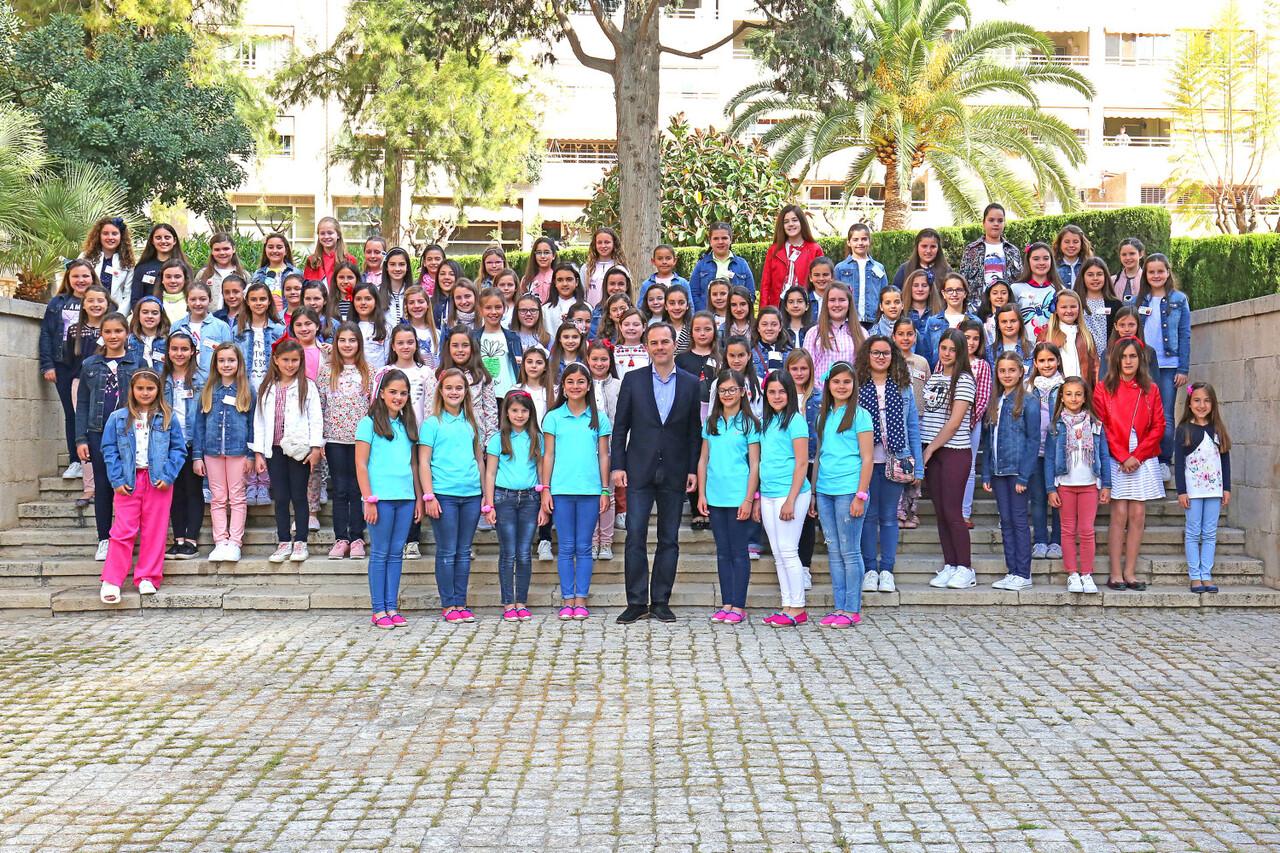 041717 Carlos Castillo recibe a las niñas de las Hogueras prensa 4