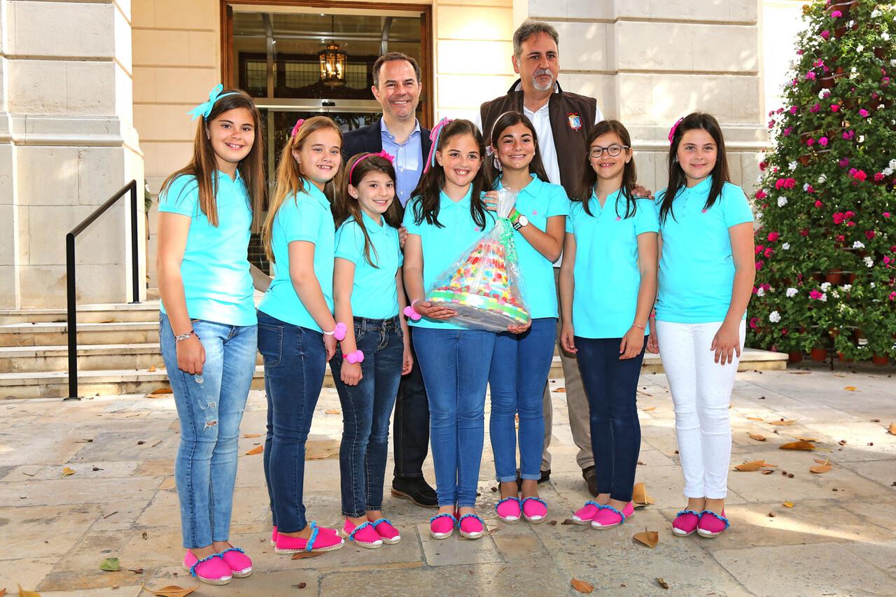 041717 Carlos Castillo recibe a las niñas de las Hogueras prensa 5
