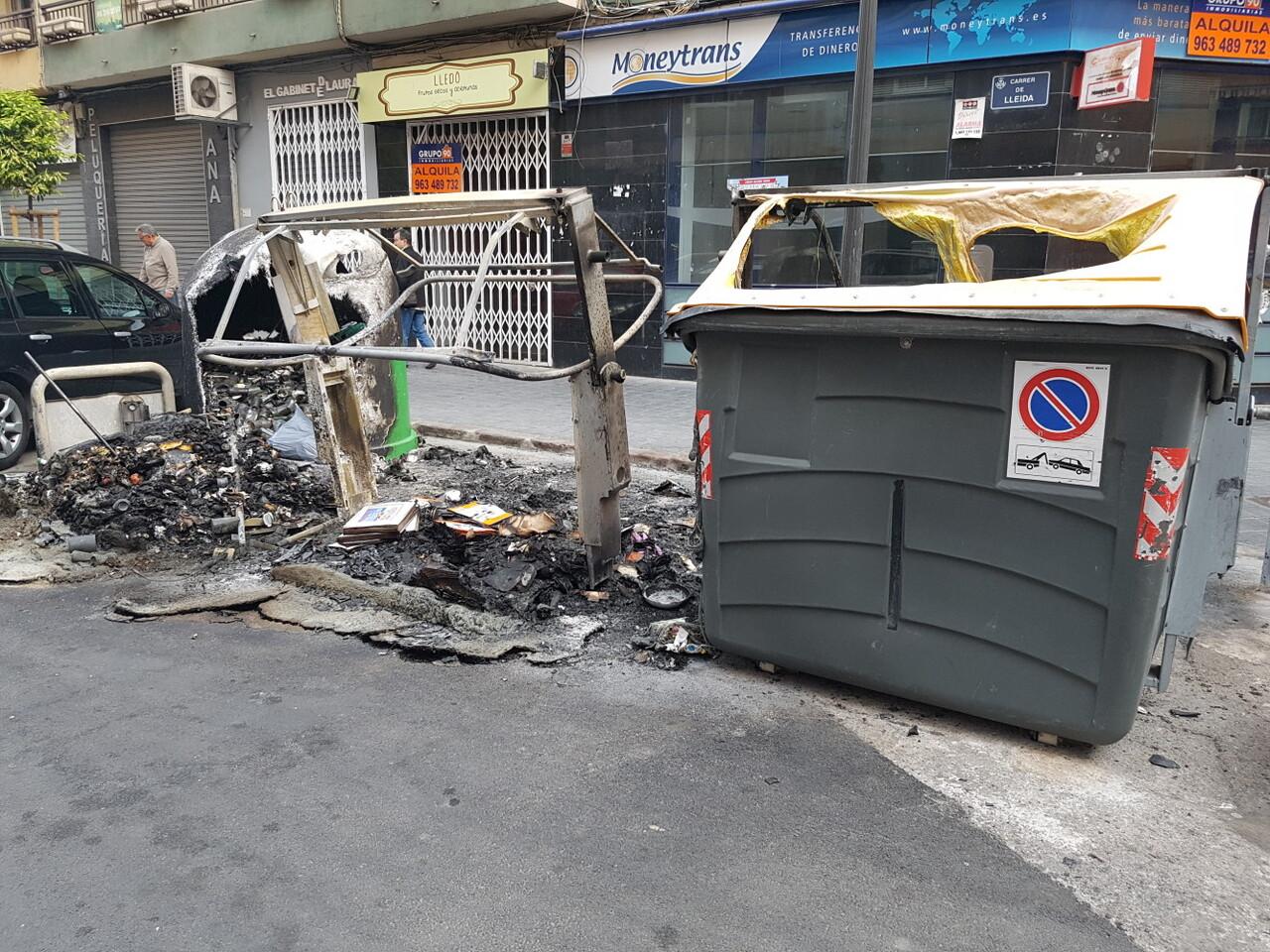 Arden trescontenedores en la calle Visitación de Valencia 20170423_191807 (1)