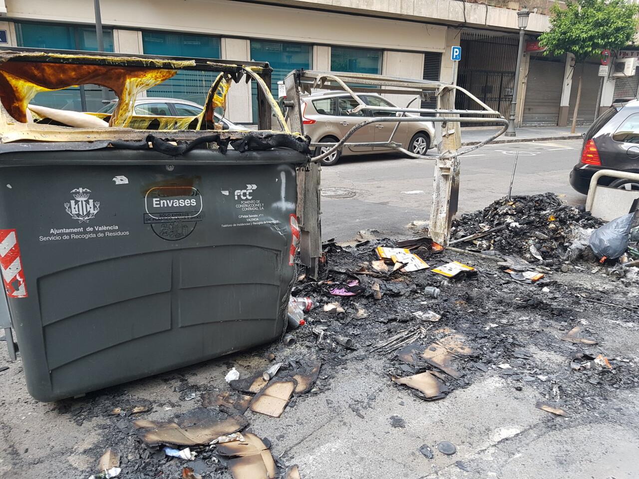 Arden trescontenedores en la calle Visitación de Valencia 20170423_191807 (3)