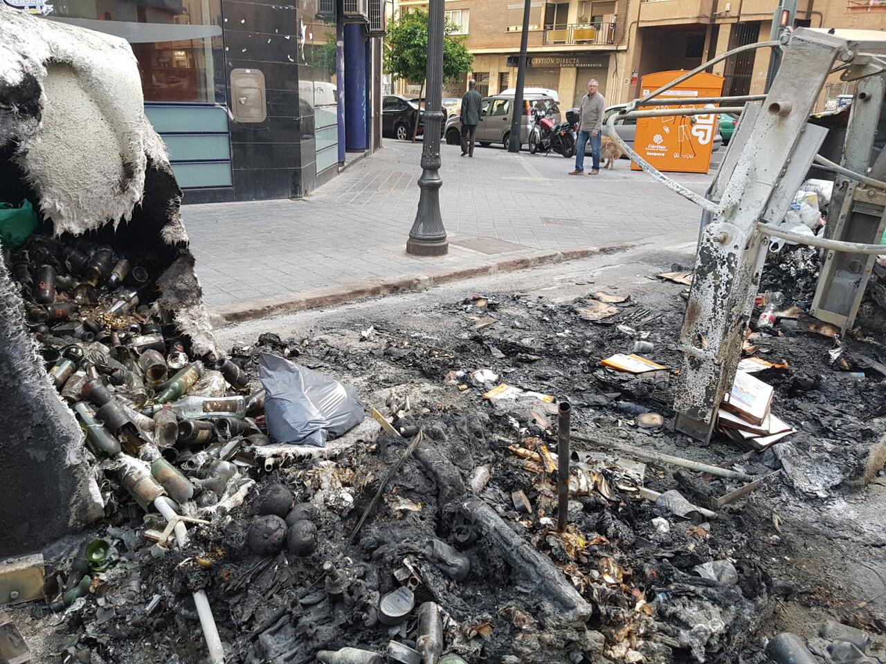 Arden trescontenedores en la calle Visitación de Valencia 20170423_191807 (6)
