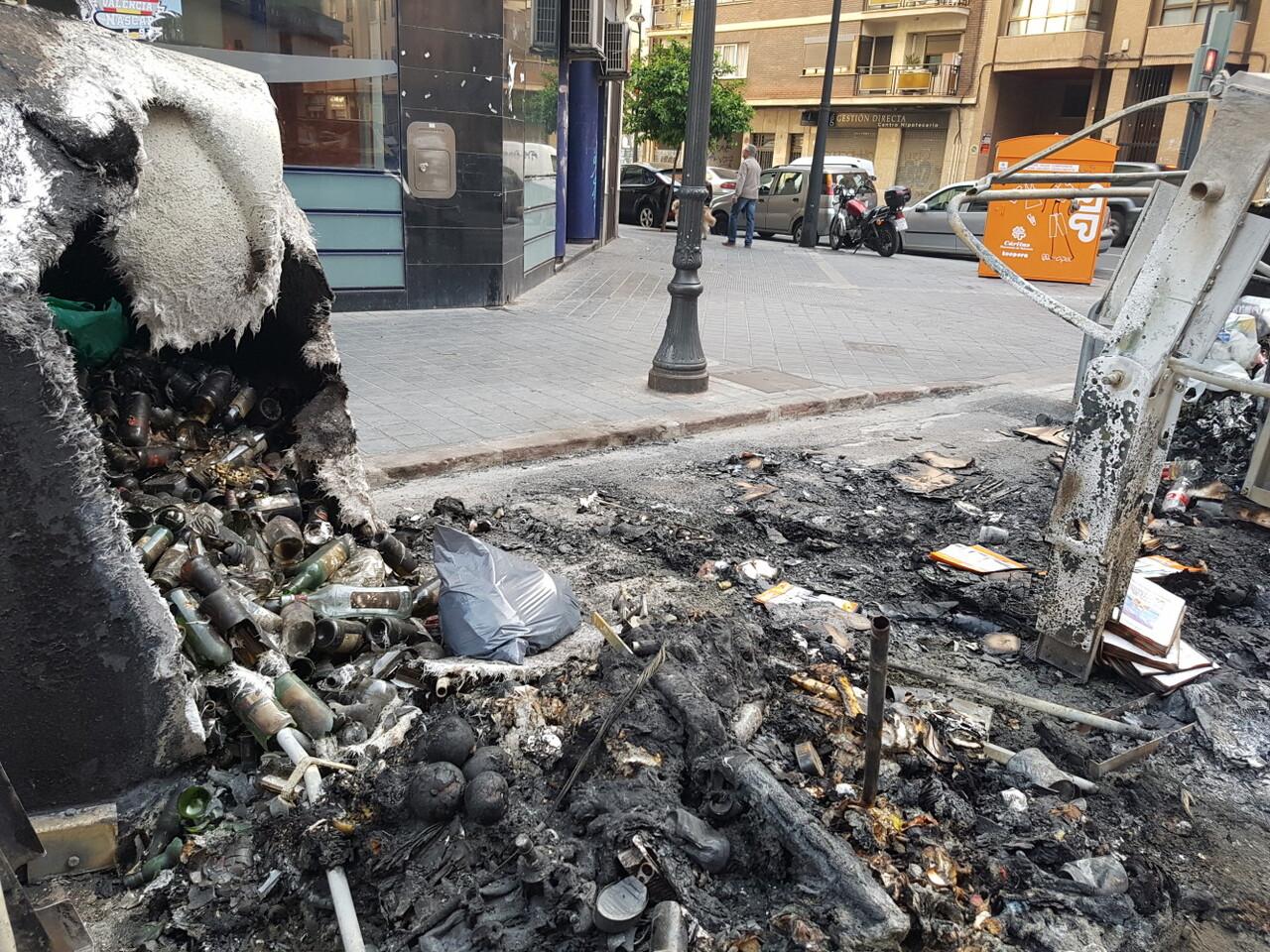 Arden trescontenedores en la calle Visitación de Valencia 20170423_191807 (9)