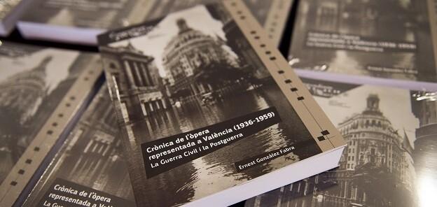 El Magnànim publica un volumen de Ernest Gonzàlez Fabra que propone un recorrido a través de los cambios y oscilaciones alrededor de los espectáculos.