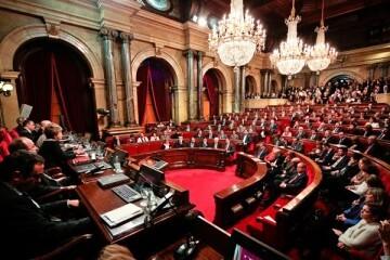 El Parlament de Cataluña da luz verde a la tramitación exprés de las leyes de 'desconexión' con España.