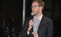El cantante y presentador Donis Salvador amenizó la cena benéfica