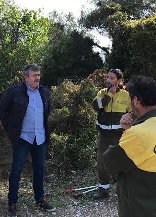 El diputado Josep Bort con un grupo de brigadistas.