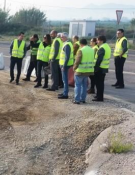 El diputado Pablo Seguó visitando las obras en la carretera de acceso a Gavarda desde la A-7.