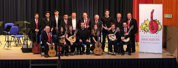 El grupo de pulso y púa 'Abalsants' de l'Alcúdia de Crespins participa en la presente edición de la Trobada de Folklore.