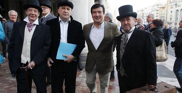 Fernando Giner, de Ciudadanos, junto a los manifestantes. (Foto-Manuel Molines).