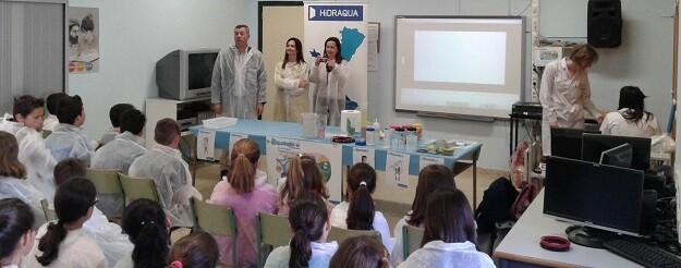 Francesc Serralta, Alcalde de Xeraco y Laura Gascón, Gerente de Hidraqua han asistido ayer por la mañana a la primera de las jornadas educativas.