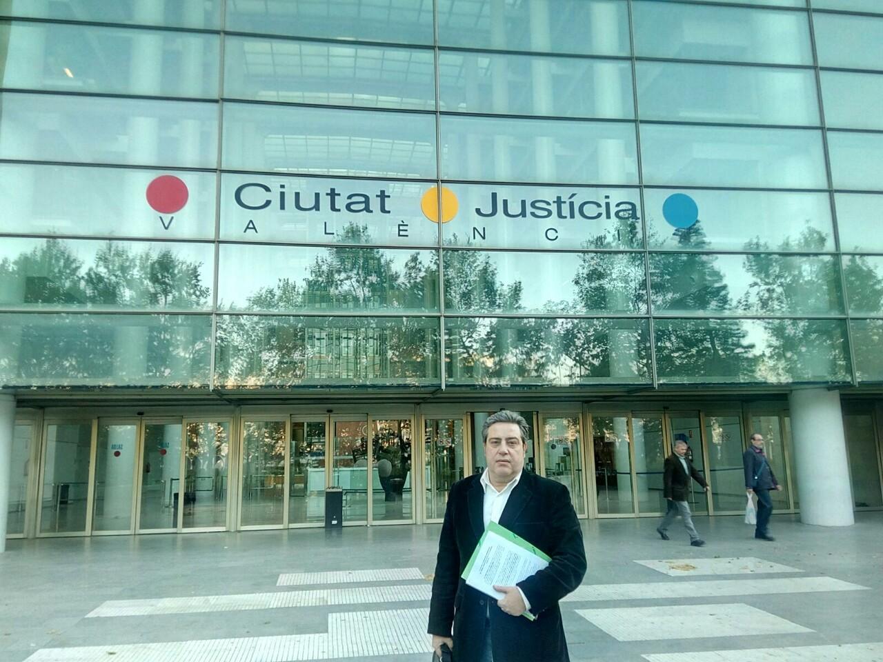 José María Llanos Presidente VOX Valencia enfrente del Palau de Justicia