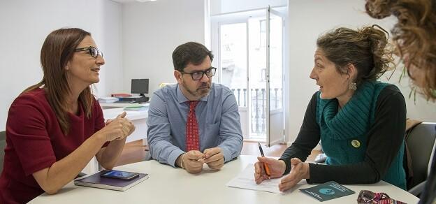 La vicepresidenta, Maria Josep Amigó, y el diputado Emili Altur reunidos con representantes del Colegio de Abogados de Valènica. (Foto-Abulaila).