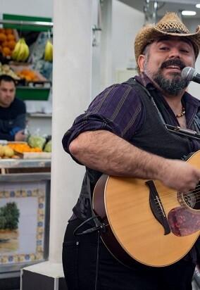 Los músicos callejeros se estrenan con del 'Carrer al Plat' en el Mercado de Mossén Sorell.