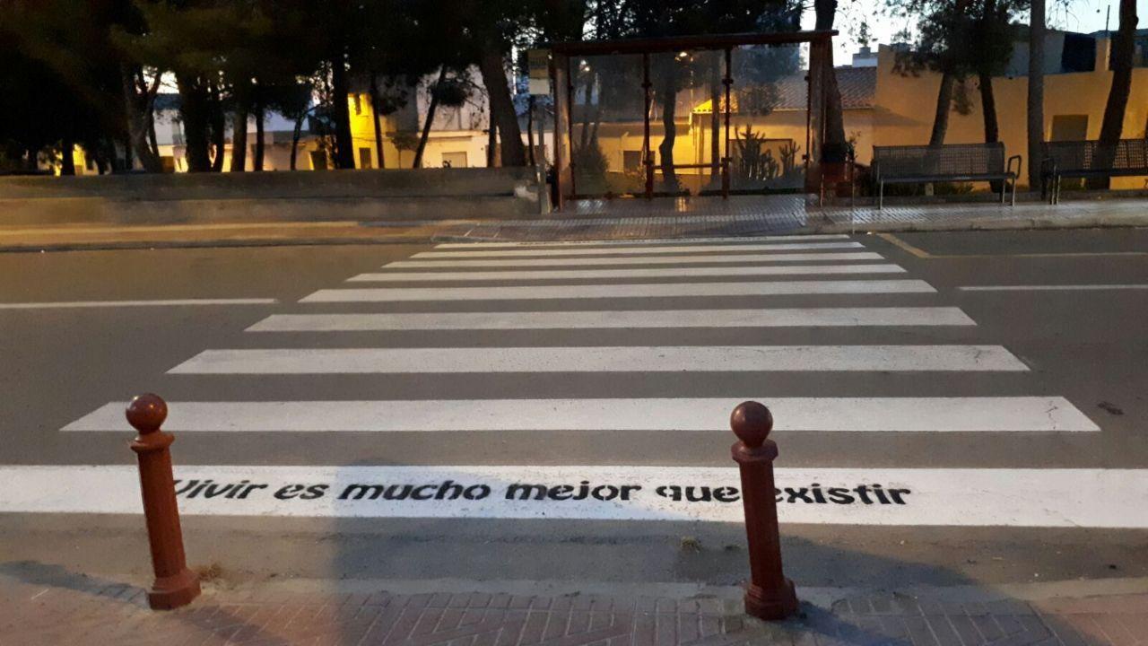 Los pasos de cebra de Buñol lucen con frases simpáticas y optimistas (2)