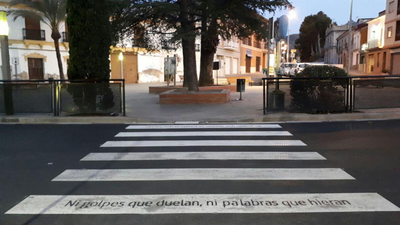 Los pasos de cebra de Buñol lucen con frases simpáticas y optimistas (6)