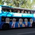 Podemos pone en circulación el 'tramabús', un autobús decorado con las caras de personalidades que conforman 'la trama'.