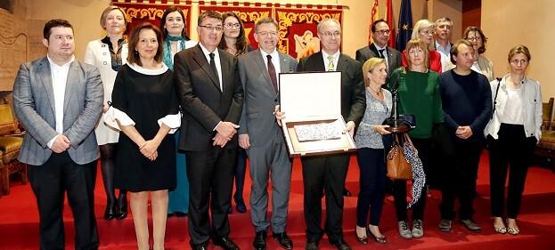 Puig, junto a Enric Morera y Mónica Oltra y otros representantes políticos.